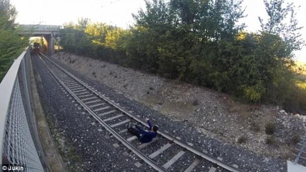 Un tânăr din Italia s-a filmat in timp ce trenul trecea peste el VIDEO