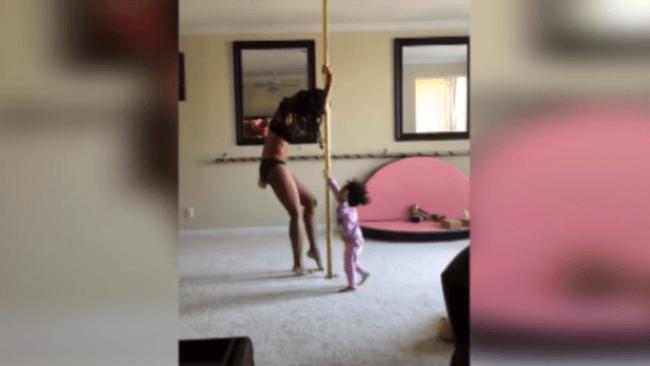 Imaginile care au declansat scandal pe internet. O mama danseaza la bara impreuna cu fiica ei de 2 ani.