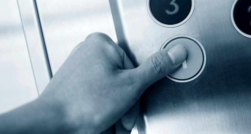 """Doamna care """"conduce"""" liftul de la spital refuză să transporte pacienţii care nu pot urca pe scări"""