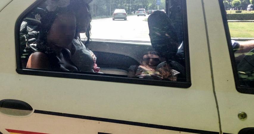Doi politisti de la Politia Locala sector 2 prind o prostituata cu un client.