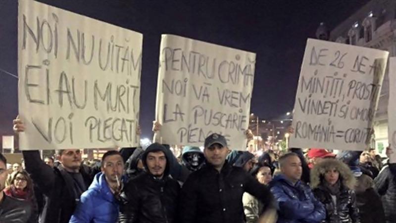 """40 de tineri din Teleorman strigă în fața Guvernului """"Nu plecăm acasă, morții nu ne lasă!"""""""