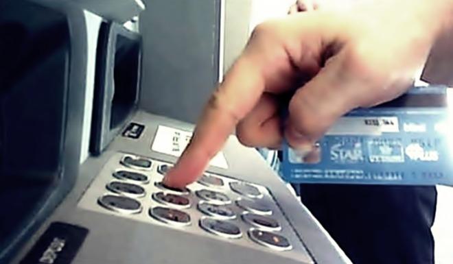 Un român care fura bani din bancomate, reținut de procurorii DIICOT