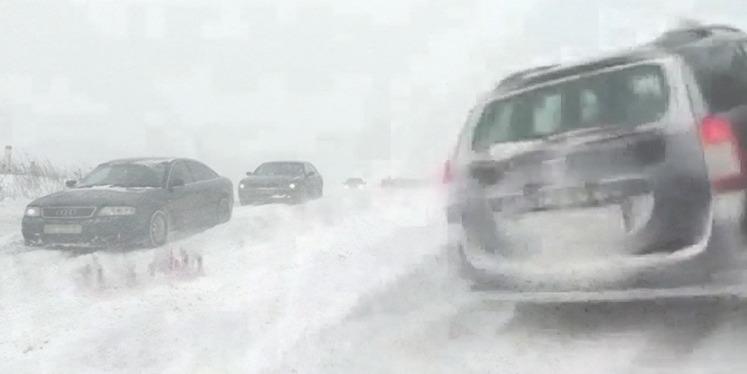 Zeci de masini blocate în zăpadă pe drumurile teleormănene