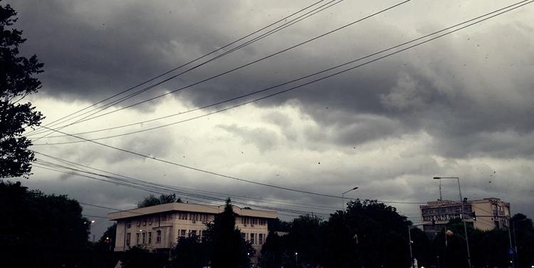 Alerta METEO! Ploi torenţiale, descărcări electrice şi vijelie până duminică seara