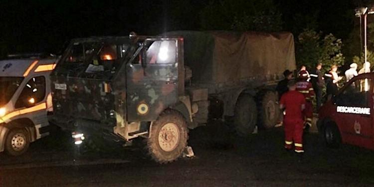 Grav accident rutier în zona Dâmbovicioara. Un camion plin cu militari a căzut într-o râpă adâncă de 40 metri