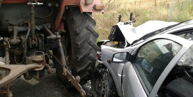 Accident în comuna Măldăeni. Un tractor a făcut praf un autoturism