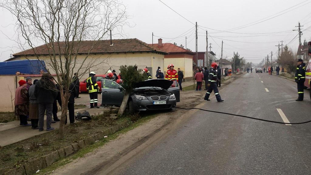 ACCIDENT SPECTACULOS în Poroschia.Un tânăr de 19 ani, șoferul unui autoturism BMW,a scăpat ca prin minune