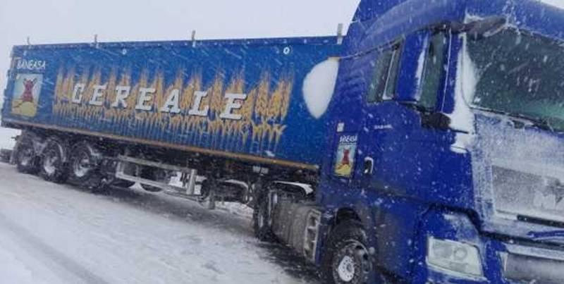 Un şofer a rămas blocat cu TIR-ul pe DJ 506, între Merişani şi Guruieni