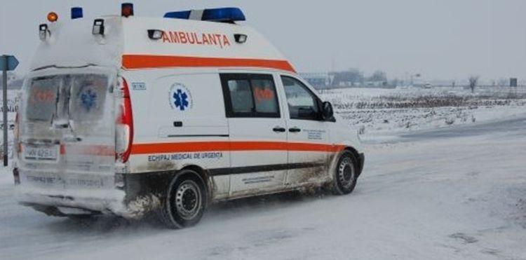 O ambulanta ce transporta o gravida la spital a ramas blocata in zapada pe DJ703