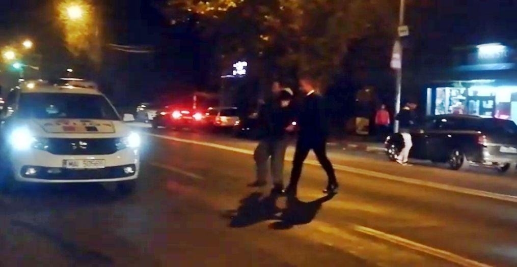 VIDEO Momentul in care un scandalagiu din Alexandria e saltat din strada de politisti 2