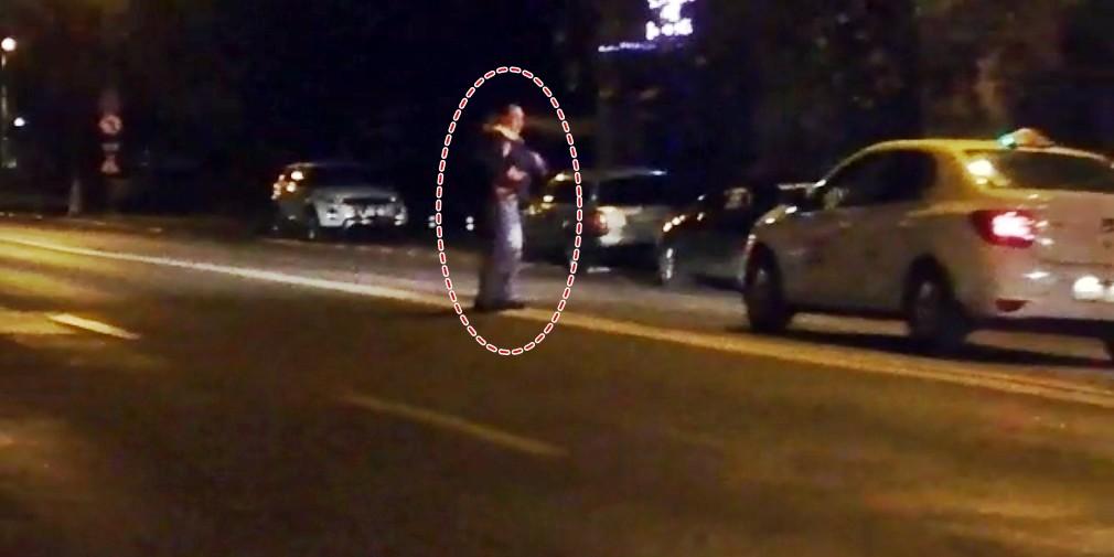 VIDEO Momentul in care un scandalagiu din Alexandria e saltat din strada de politisti 1